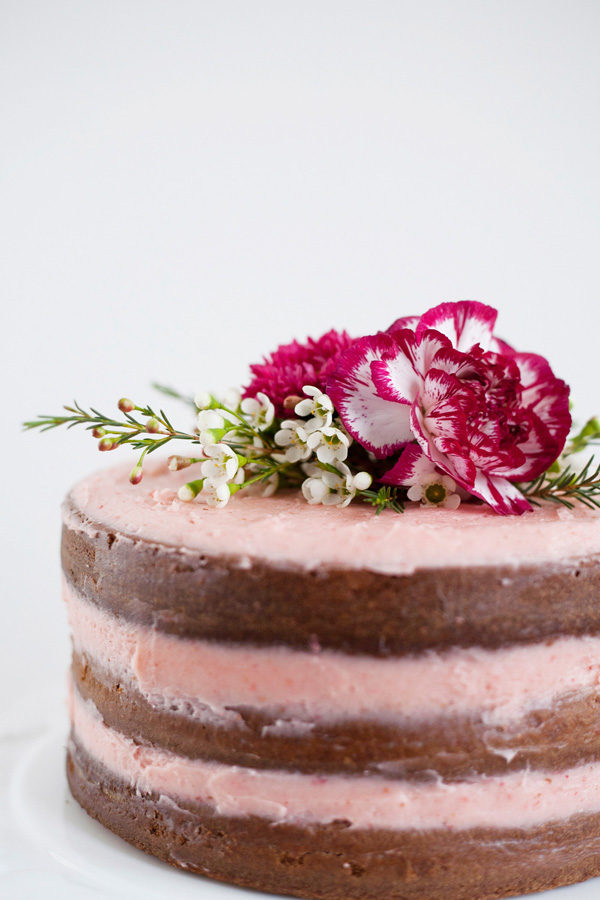 rustic vanilla cake with fresh strawberry buttercream // a thousand threads